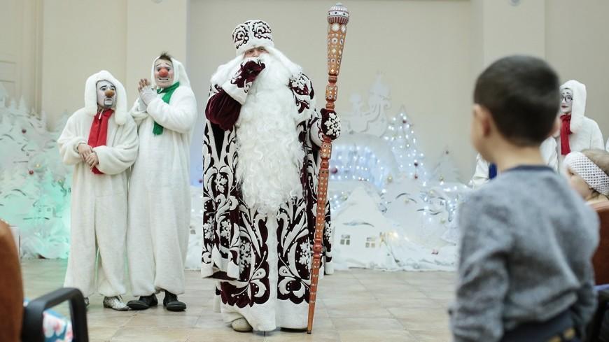 Маленьких пациентов детских больниц Москвы поздравят Дед Мороз и Снегурочка