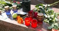 К зданию Минобороны несут цветы в память о погибшем в Сирии летчике