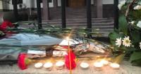 Жители Тбилиси несут цветы к посольству России в память о жертвах Ан-148