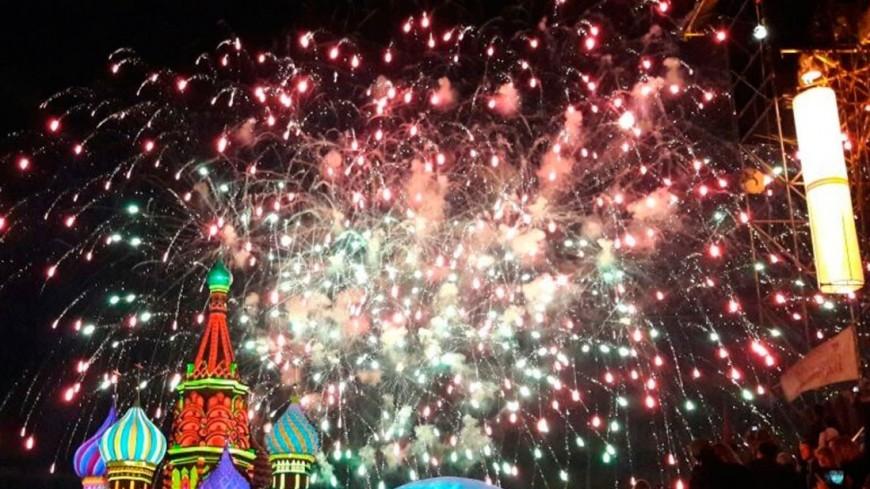 "Фото: Елена Карташова, ""«МИР 24»"":http://mir24.tv/, салют, спасская башня"
