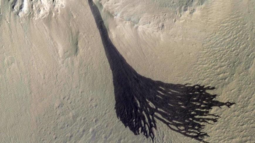 NASA показало снимки масштабной пылевой лавины на Марсе