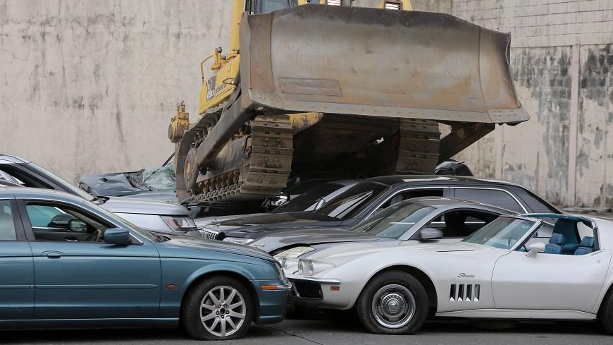Бульдозером по контрабанде: на Филиппинах уничтожены 20 люксовых авто