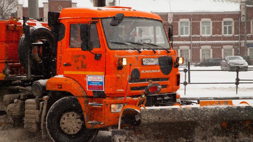 После снегопада: в Москве водителей попросили «дать дорогу» коммунальщикам