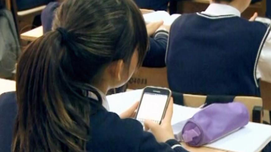 """Скриншот: """"«МИР 24»"""":http://mir24.tv/, мобильный телефон, школа, смартфон"""
