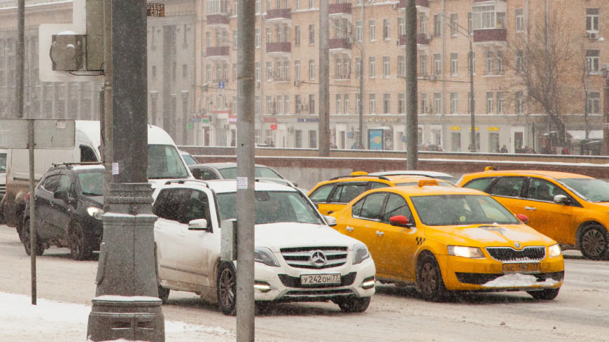 Москва стоит в пробках из-за снега