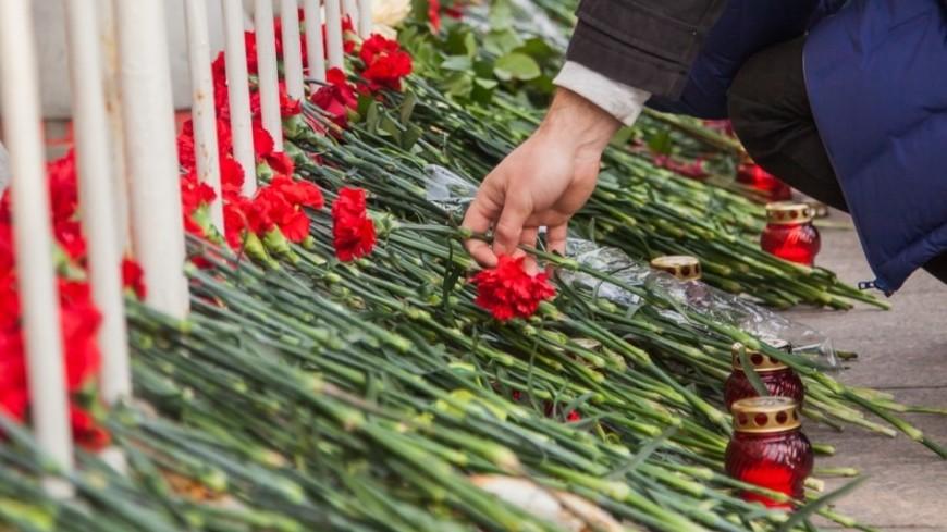 Люди несут цветы к храму в Кизляре, где были убиты прихожане
