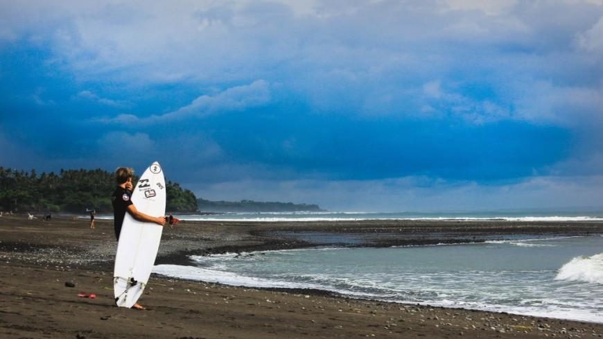 С риском для жизни: трое серферов покорили ледяную волну