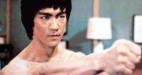 Брюсу Ли вручили меч джедаев