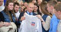 Волонтеры подарили Путину толстовку в его предвыборном штабе