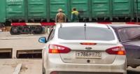 На железнодорожных путях Казанского направления застрял автомобиль