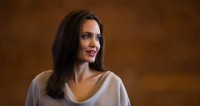 Анджелина Джоли с дочерьми навестила сирийских беженцев