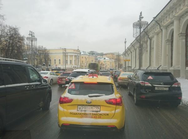 Москва встала в пробках из-за снегопада