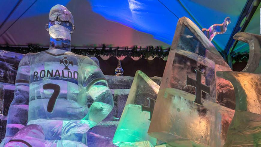 Ледяная статуя Роналду в Москве насмешила соцсети