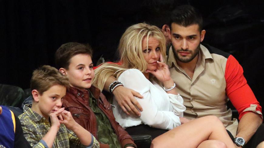 Бритни Спирс заподозрили в тайной помолвке с бойфрендом