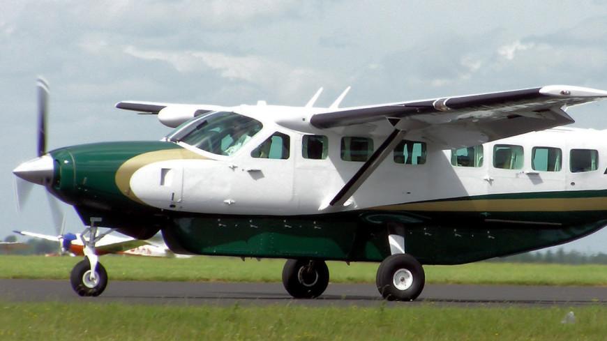 В США одномоторный самолет приземлился на автотрассу