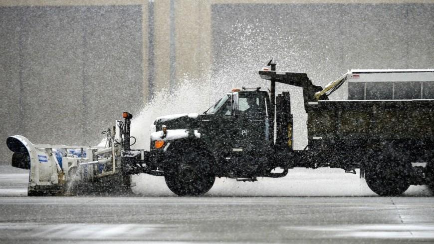 """Фото: Senior Airman Kayla Newman, """"Минобороны США"""":http://www.defense.gov/, зима, снег, снегопад, снегопад в сша, снегоуборочная техника"""