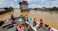 Потоп в Японии: люди спасаются на крышах