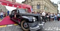 Сотни ретроавтомобилей проехались по улицам Москвы