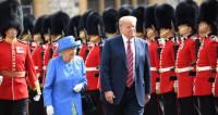 Пиджак расстегнут, идет впереди королевы. В Сети обсуждают очередной конфуз Трампа