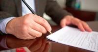 """Фото: Алан Кациев (МТРК «Мир») """"«Мир 24»"""":http://mir24.tv/, экономика, документы, подпись документов, ручка, писать, бизнес"""