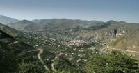 Древние пещеры и красные крыши: армянский город Горис ждет туристов