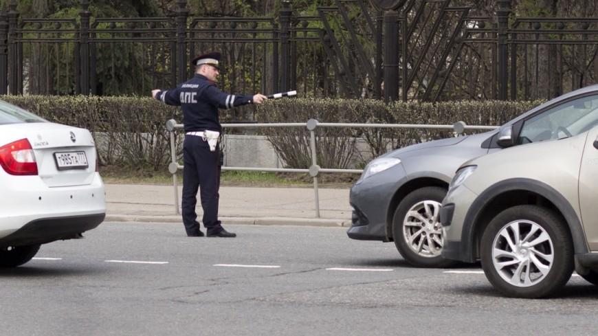 Сотрудники ГИБДД г. Москва (ДПС) регулируют движение в районе метро ВДНХ