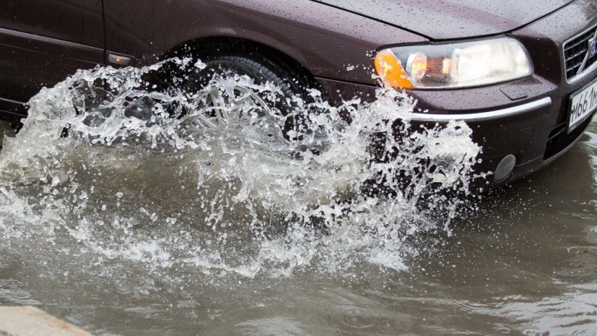 Москва в буквальном смысле поплыла из-за сильных дождей. На город обрушилась ливневая стена - такого, по данным синоптиков, не было уже 130 лет. ,дождь, ливень, лужа, погода,  машина, автомобиль, ,дождь, ливень, лужа, погода,  машина, автомобиль,