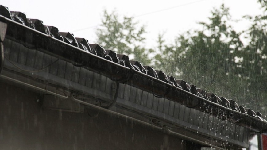 """Фото: """"«МИР 24»"""":http://mir24.tv/, ливень, дождь, крыша, черепица"""
