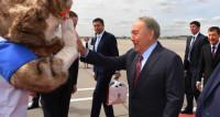 Назарбаев прибыл в Москву на ЧМ и подписал футбольный мяч
