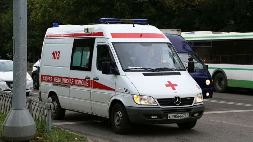В Липецке грузовик протаранил автобус на остановке: есть пострадавшие