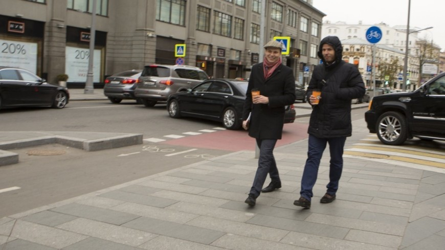 Молодые люди прогуливаются по осенней Москве.,мужчина, молодой человек, кофе, прогулка, куртка, кепка,мужчина, молодой человек, кофе, прогулка, куртка, кепка
