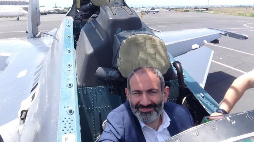 Пашинян посидел в кабине российского Су-30СМ и сделал селфи