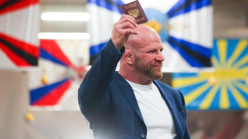 В День России Андрей Воробьев вручил Джеффу Монсону российский паспорт