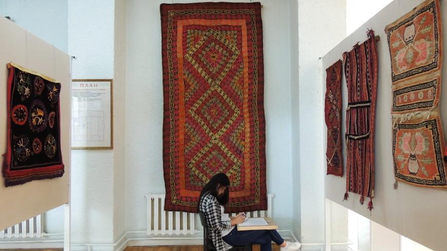 Как в Кыргызстане изготавливают уникальные войлочные ковры