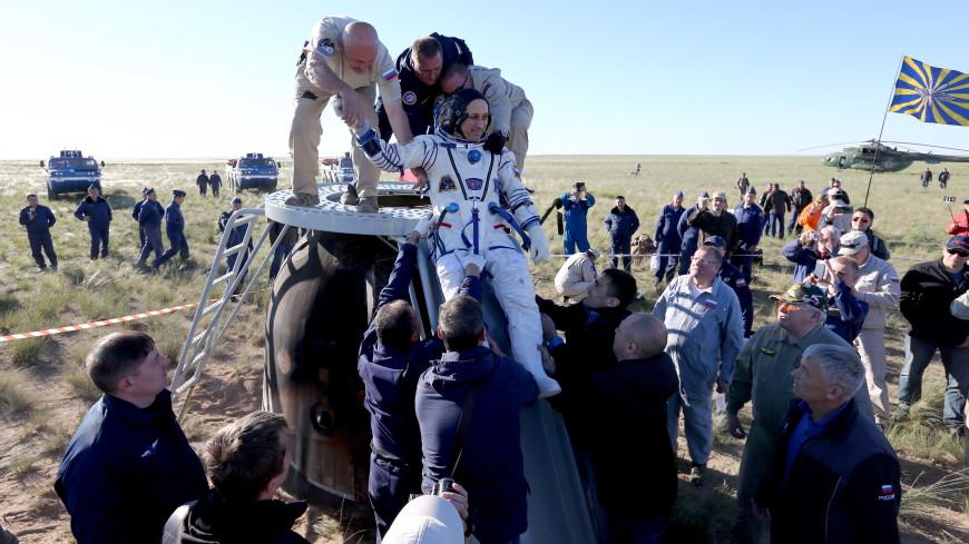 Приземлившегося российского космонавта накормили черешней