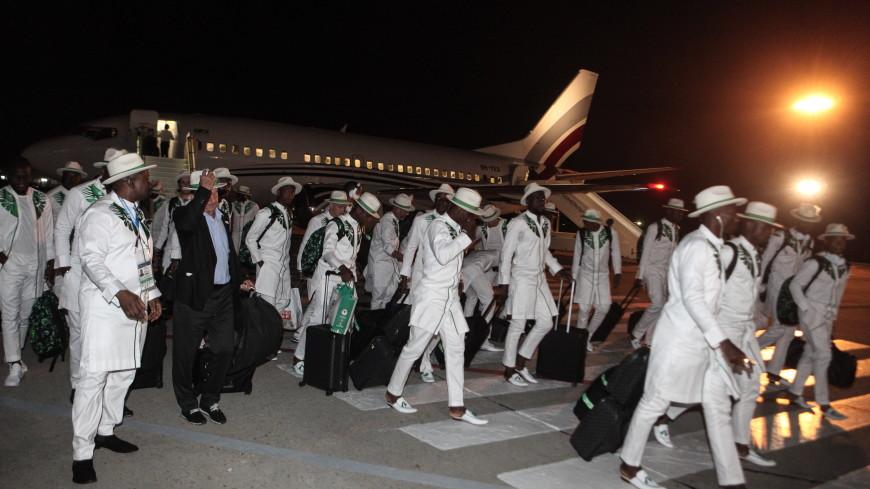 Сборная Нигерии по футболу прилетела на ЧМ в экстравагантных костюмах