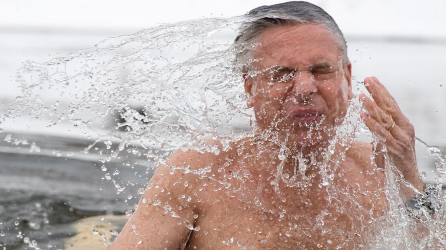 Посол США в России искупался в проруби, чтобы посоревноваться с Путиным