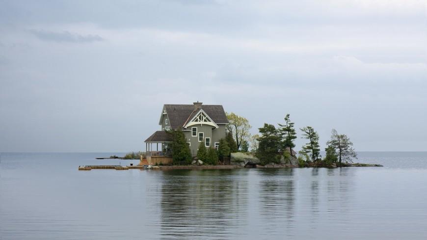 Испытание на ловкость: в дома на озере письма приносят почтальоны-акробаты