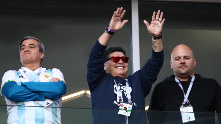 «Не знал»: Марадона извинился за выкуренную на московском стадионе сигару