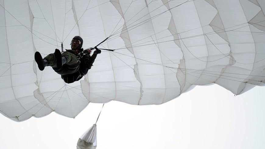 """Фото: Сергей Гапон, """"«МИР 24»"""":http://mir24.tv/, парашют, парашютисты"""
