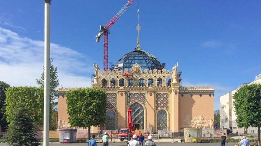Исторический шпиль вернулся на купол павильона «Казахстан» на ВДНХ