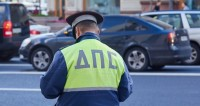 Машина врезалась в остановку на севере Москвы: пострадала бабушка