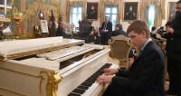 Коля Лукашенко сыграл для патриарха Илии II на рояле