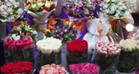 Мужчины с самого утра штурмуют цветочные магазины