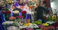 Женский день: толпы мужчин вмиг разбирают букеты в московских магазинах