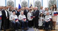 На встрече с Путиным паралимпийцы подарили ему синий свитер