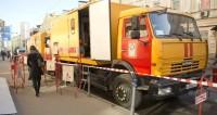 В Киеве из-за прорыва трубы автомобиль провалился под землю