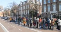 У избирательных участков в Голландии собрались толпы россиян