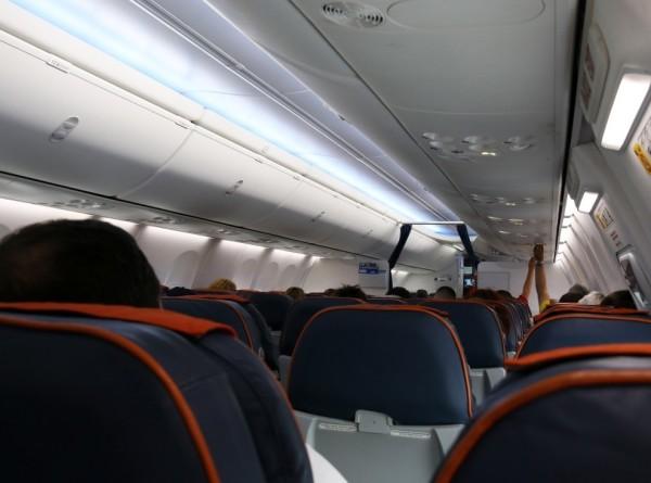 Таможенники нашли в туалете самолета золотые слитки