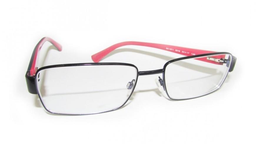 Сенатор из США покорил соцсети, снимая невидимые очки